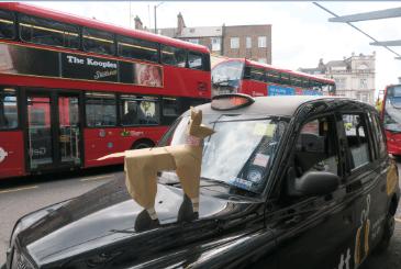 TheDogがロンドンのブラックキャブに乗車。