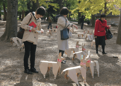 DOGTokyo2017 People reading the messages of children in Ueno Park