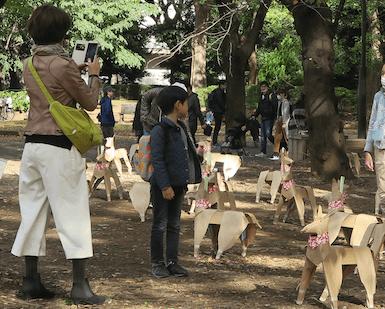 DOGTokyo2017 youg Japanese child looking at Takayama DOG sculpture