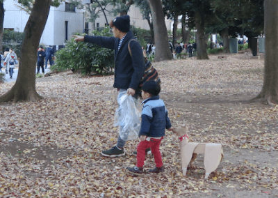 DOGTokyo2017 a young boy, his father and a DOG sculpture